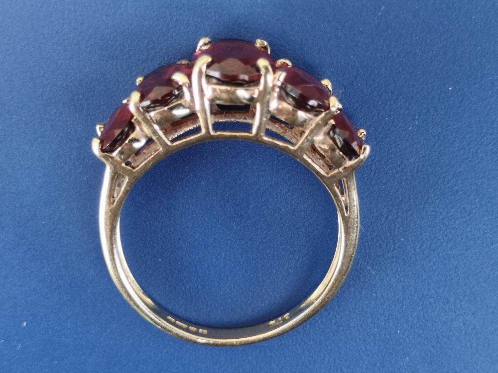 A graduated garnet set 9ct gold ring. Finger size L/M. - Image 3 of 3