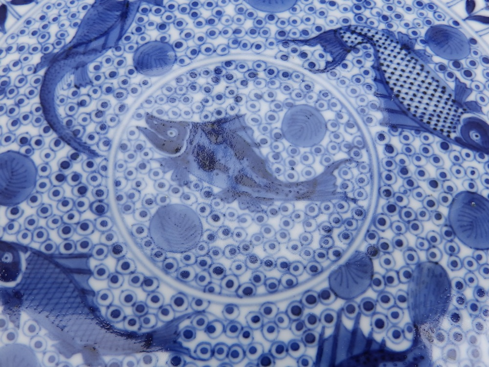 A Chinese blue & white porcelain plate decorated with five small carp against an ornamental - Image 4 of 8