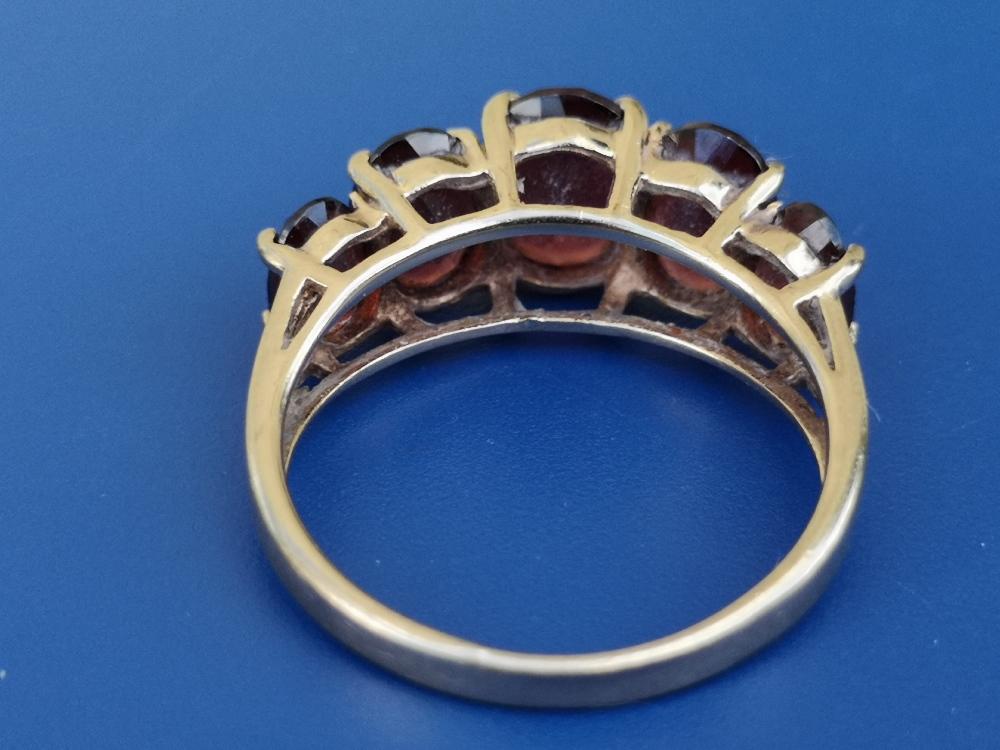 A graduated garnet set 9ct gold ring. Finger size L/M. - Image 2 of 3