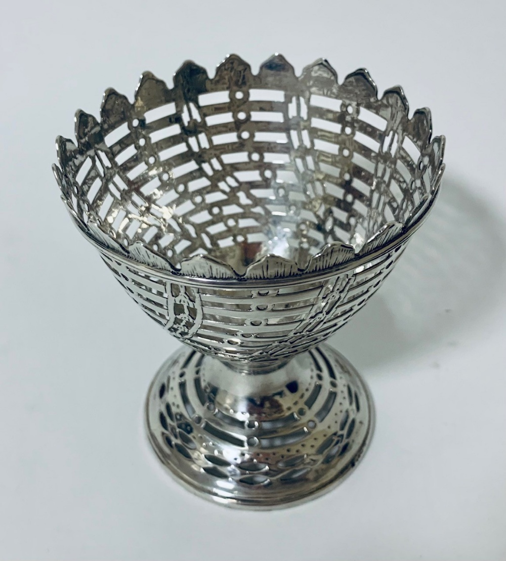 A George III York silver pedestal sugar bowl with blue glass liner, the sides of wrythen lattice - Image 4 of 8