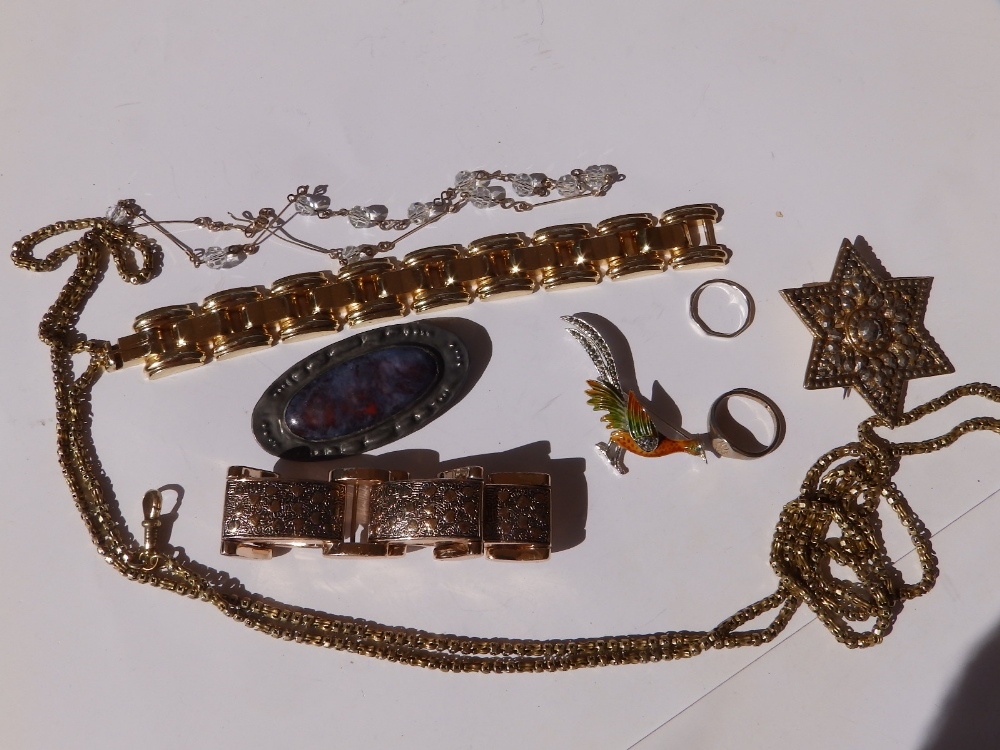 An oval Ruskin brooch set in pewter, a guard chain and a small quantity of other costume jewellery.
