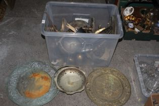 A box of mixed metal wares, to include e