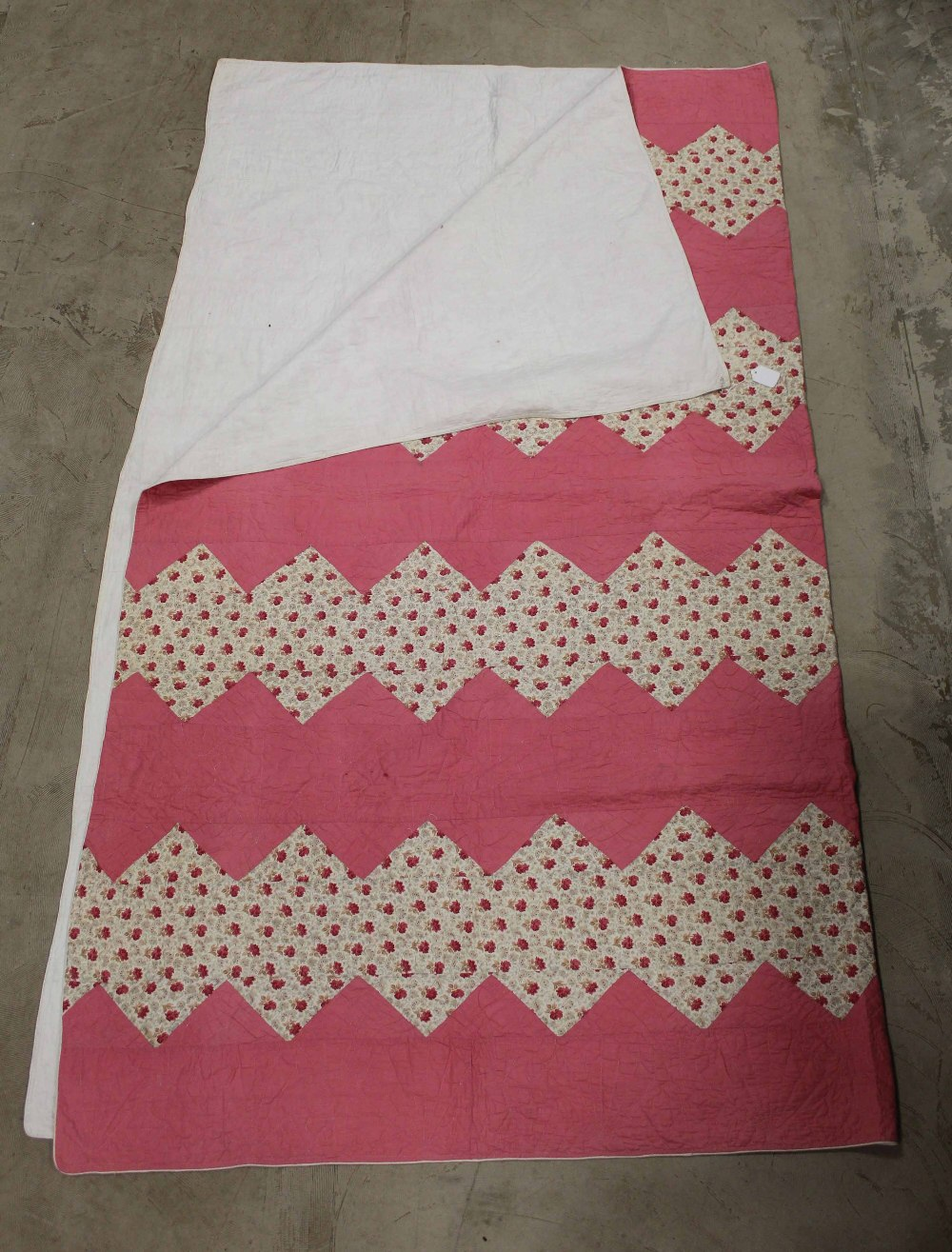 A Victorian style machine stitched quilt - Image 2 of 7