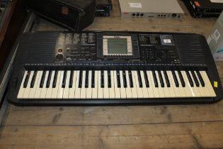 A Yamaha PSR-530 digital keyboard, 94 cm wide.