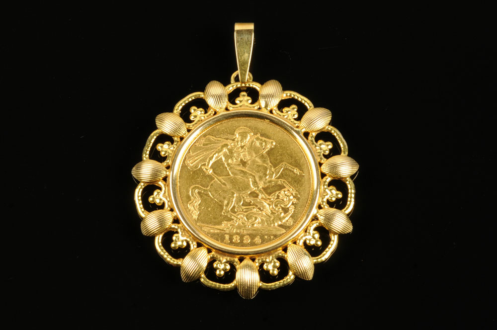 A Victorian sovereign, 1894, with 9 ct gold mount, 11.1 grams in total.