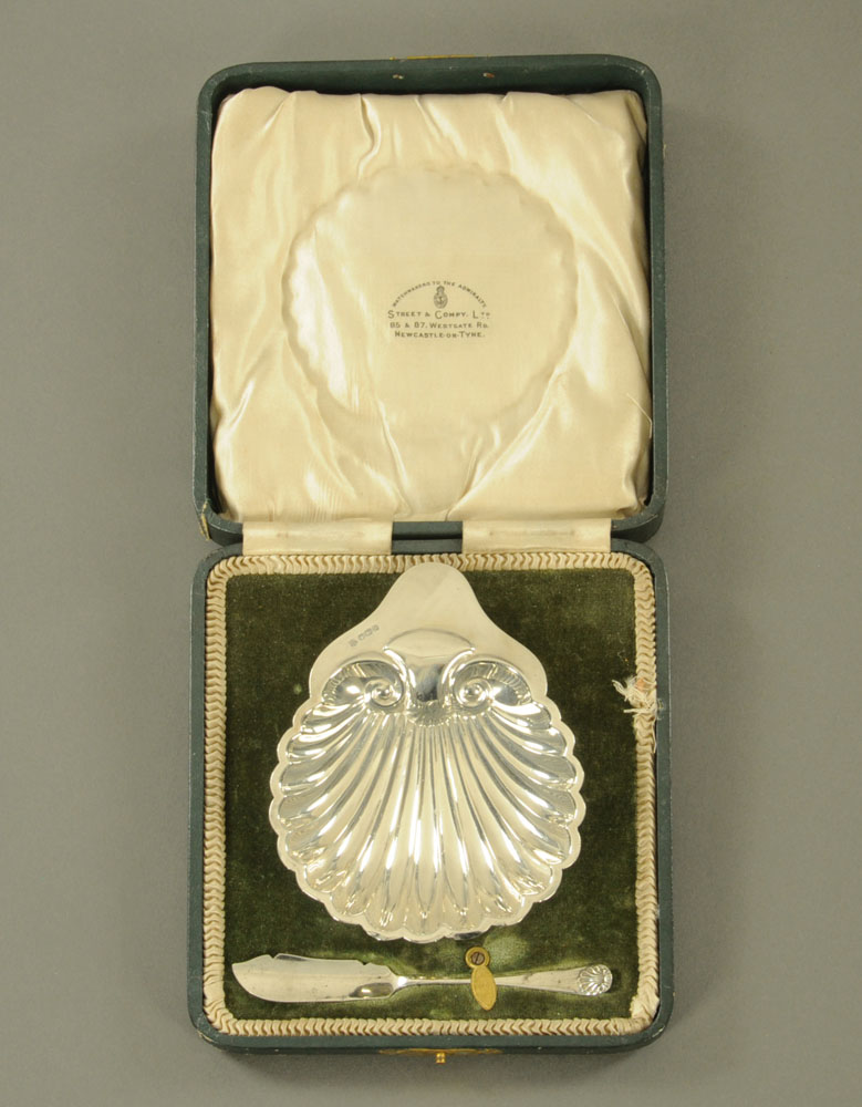A George V silver scallop shell shape butter dish,