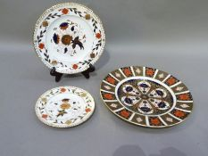 A Royal Crown Derby 1128 pattern circular plate, 26.5cm diameter, together with two Royal Crown