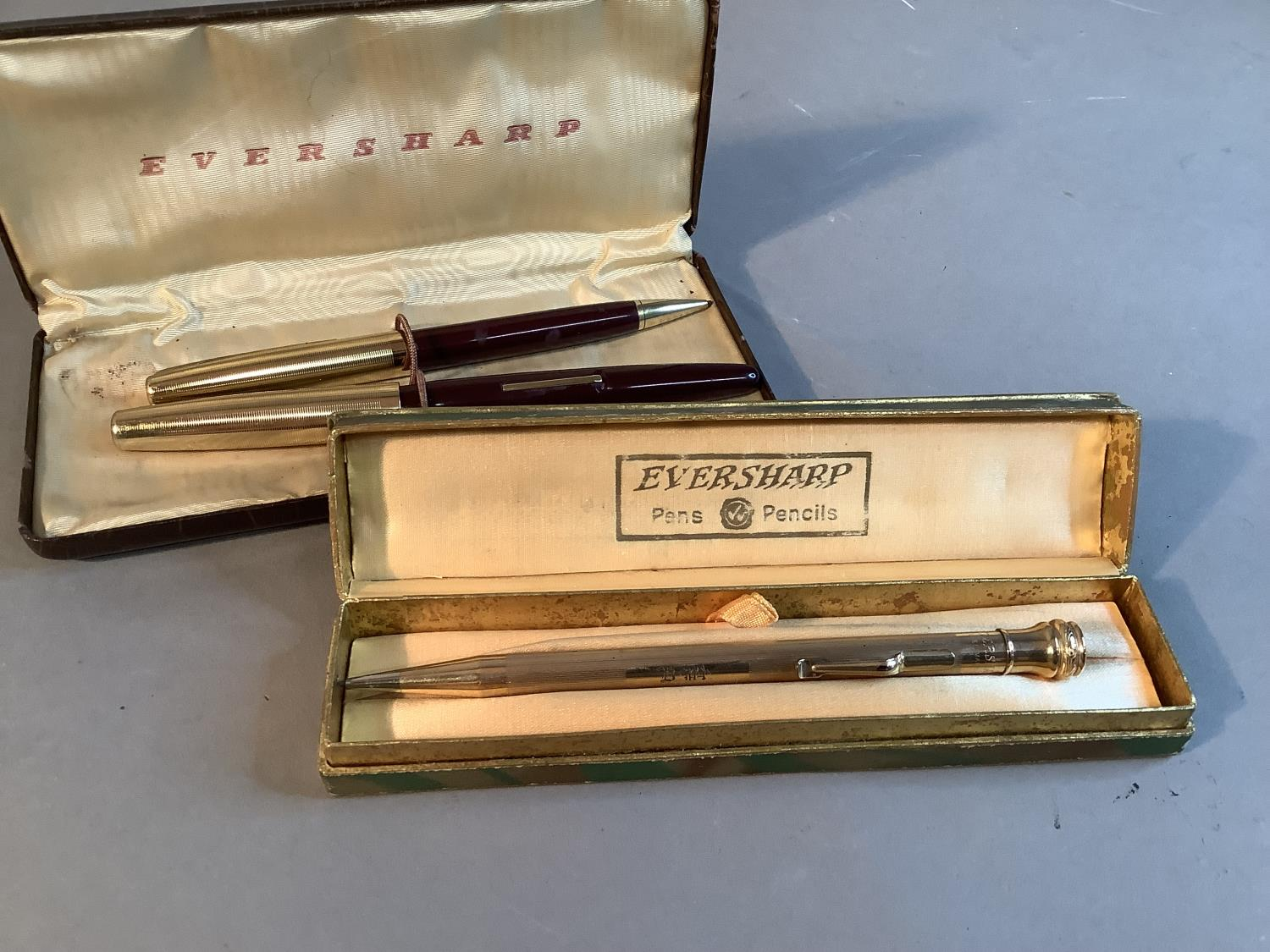 An Eversharp fountain pen and propelling pencil set, deep burgundy with gilt metal top, lever - Image 2 of 2
