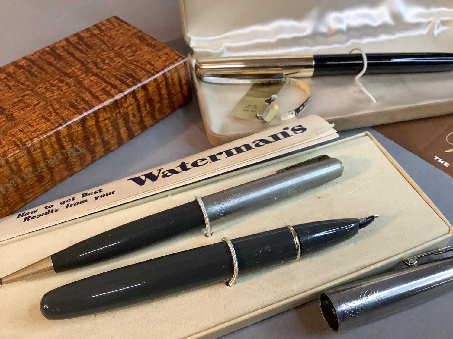 A Watermans ideal fountain pen and propelling pencil set, grey with silver coloured top, in original - Image 3 of 3