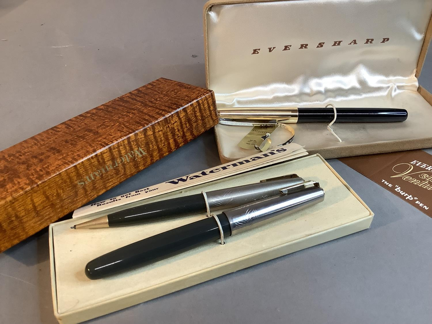 A Watermans ideal fountain pen and propelling pencil set, grey with silver coloured top, in original - Image 2 of 3
