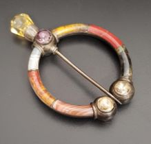 GOOD QUALITY SCOTTISH AGATE AND GEM SET PLAID BROOCH the circular brooch with varying coloured agate