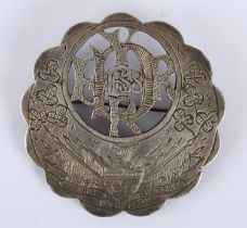 1688 Siege of Derry, commemorative brooch. A white metal, circular, convex brooch, the scalloped rim