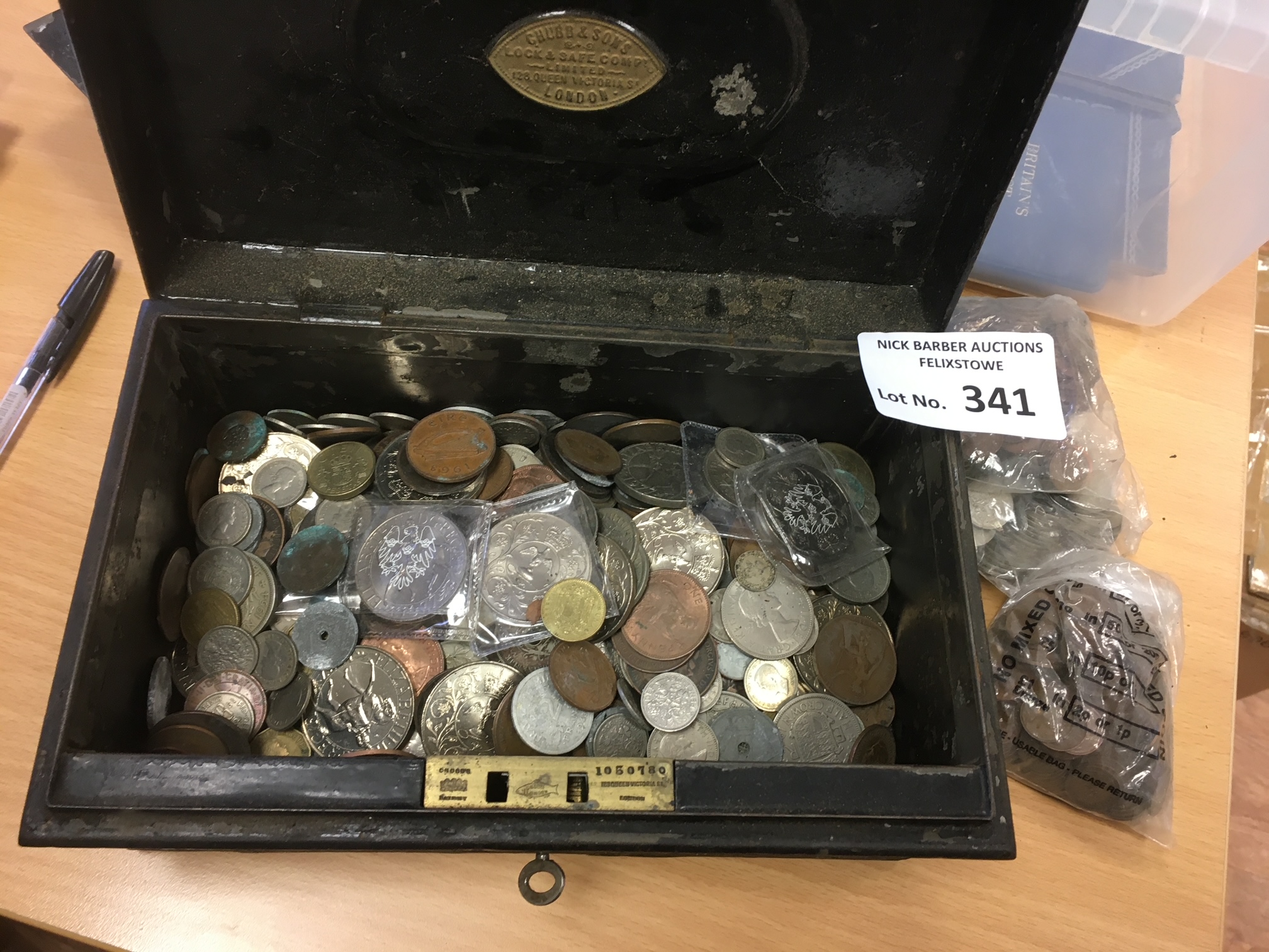 Coins : Heavy lot of mostly world mix of coins in - Image 2 of 2