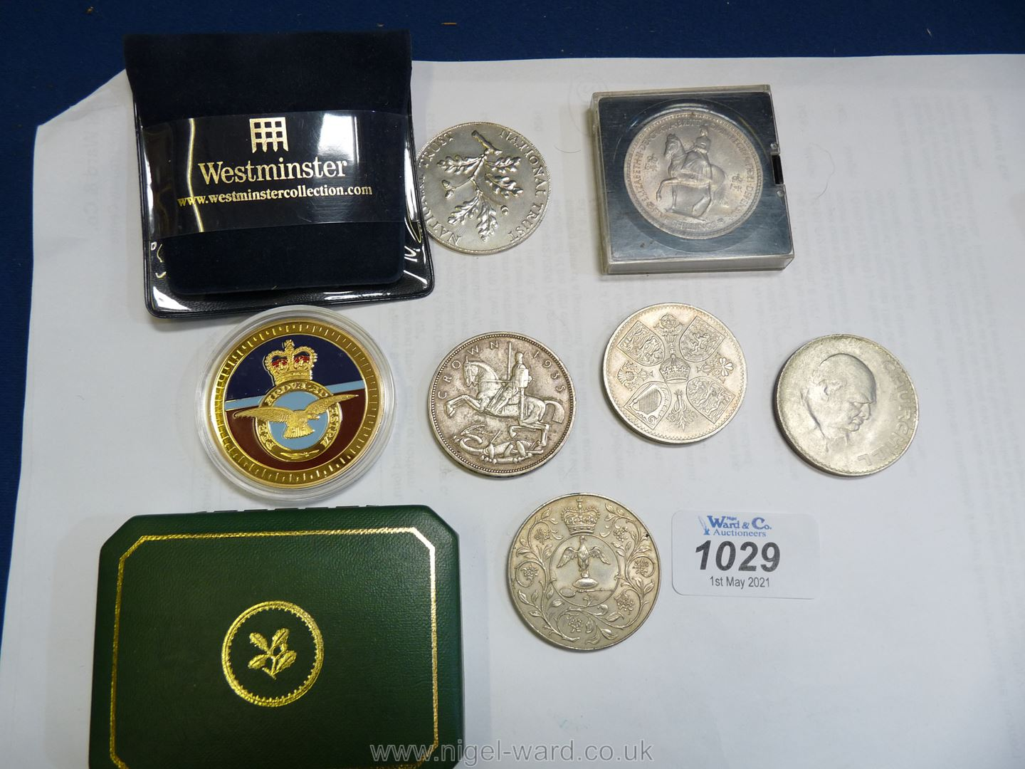 Four Crowns including Churchill, Jubilee, National Trust and George V, five shilling piece etc.
