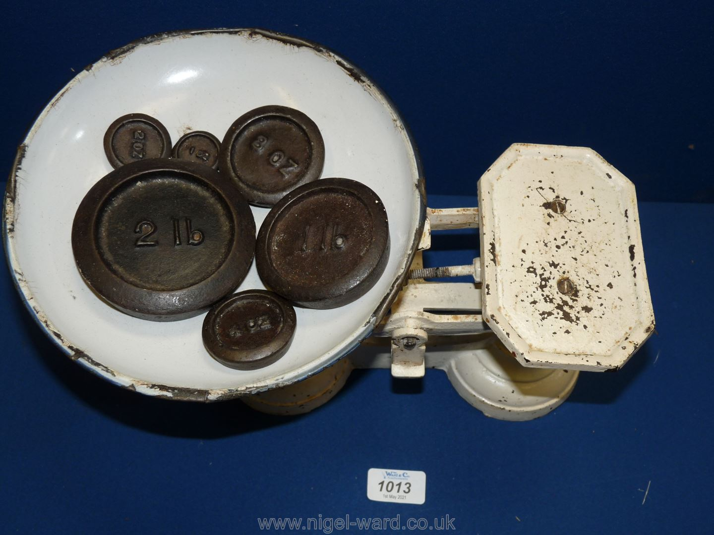 A white painted metal weighing Scales and six weights: 1 oz, 2 oz, 4 oz, 8 oz, 1lb, and 2 lb, - Image 2 of 2