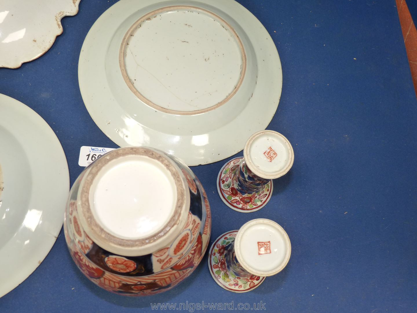 A box of various antique Japanese and Chinese Imari wares including a pretty pair of 19th c. - Image 3 of 3