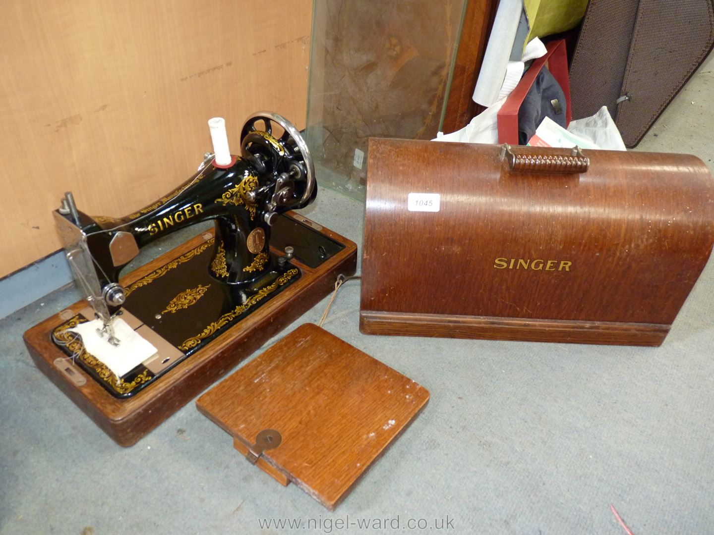 A Singer sewing machine in wooden case with key - Image 2 of 2