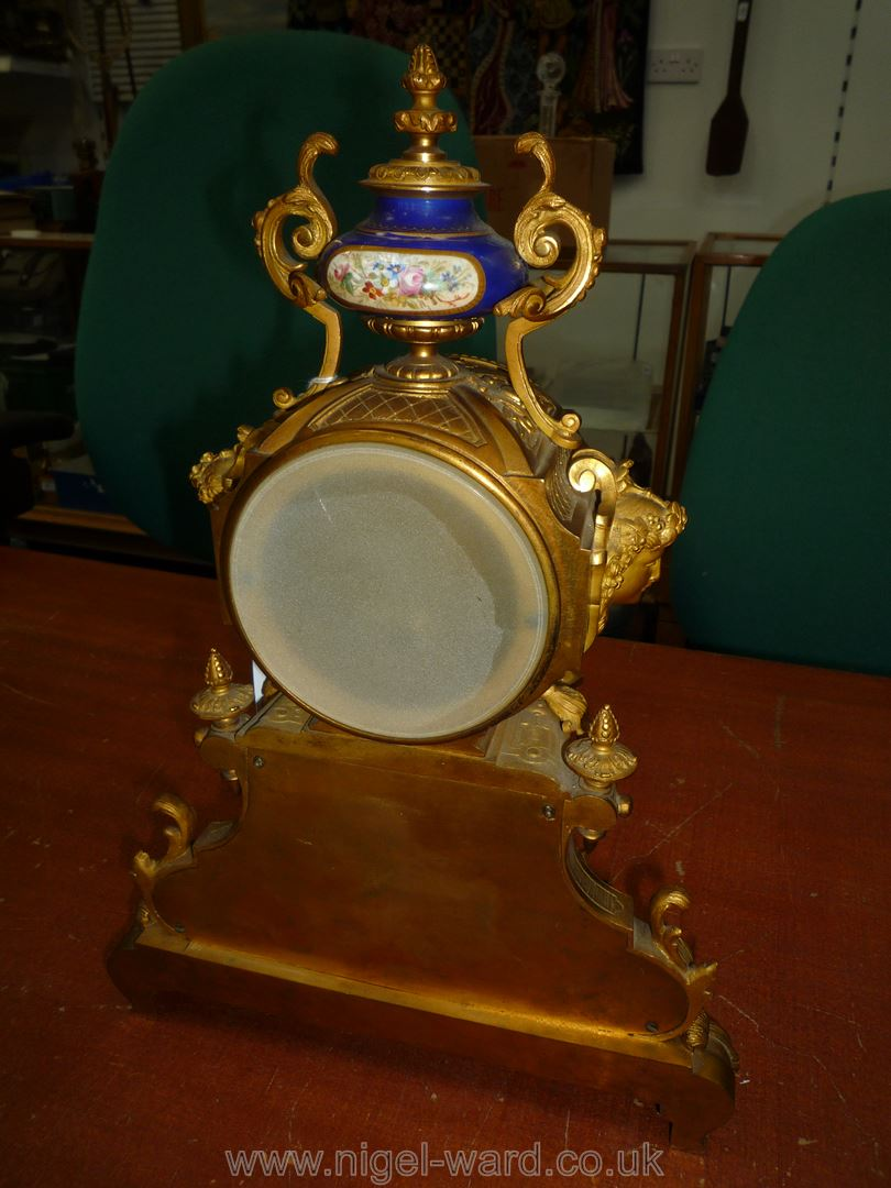 An exceptionally attractive French Ormolu and porcelain mantle Clock the two-train movement by - Image 6 of 35