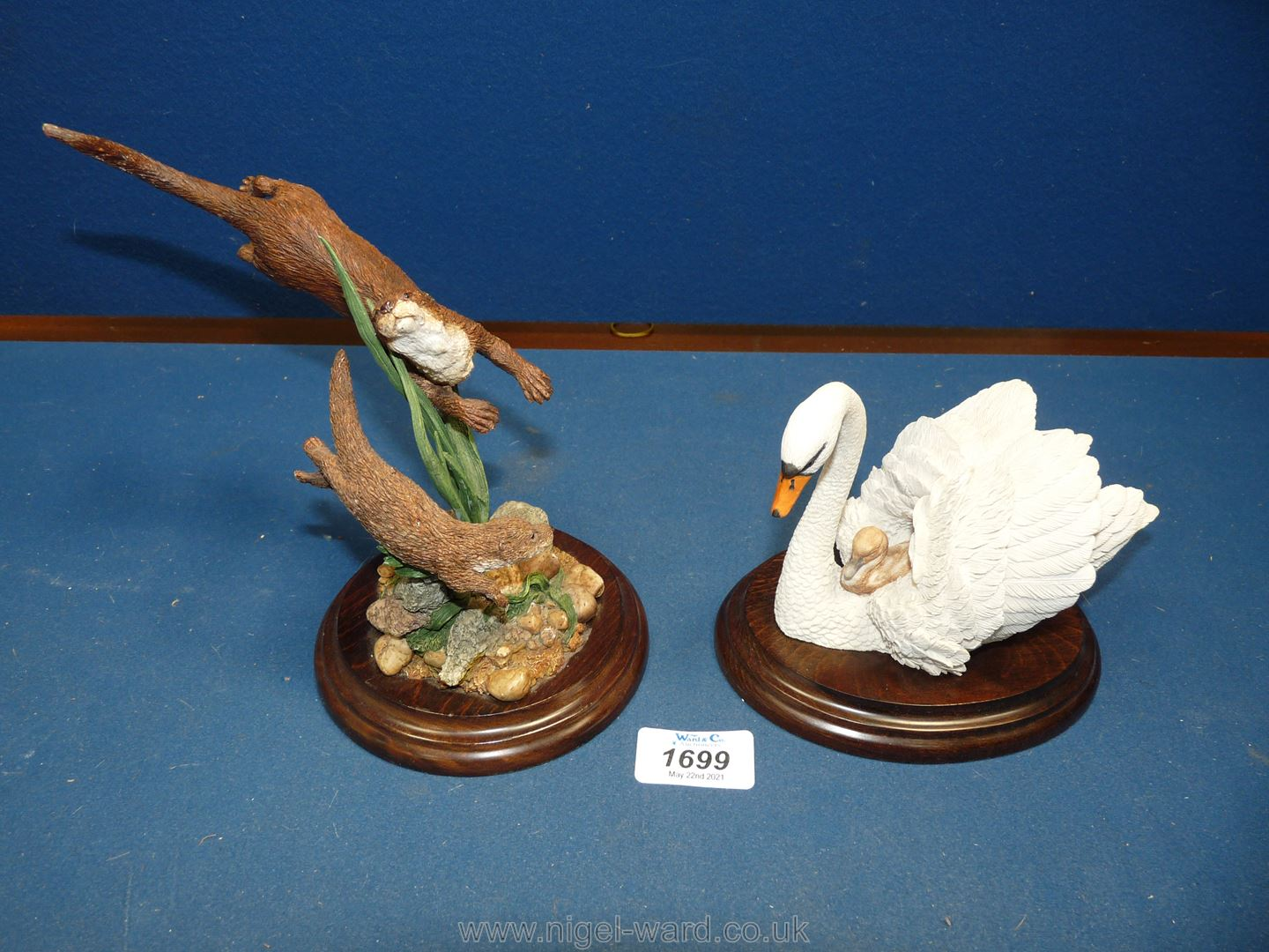 A Country Artists figure of swan and otters (small chip to ear).