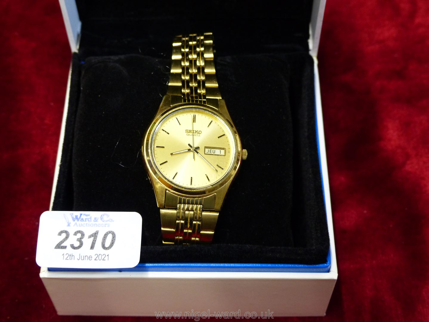 A gents gold coloured Seiko quartz watch, as new, boxed.