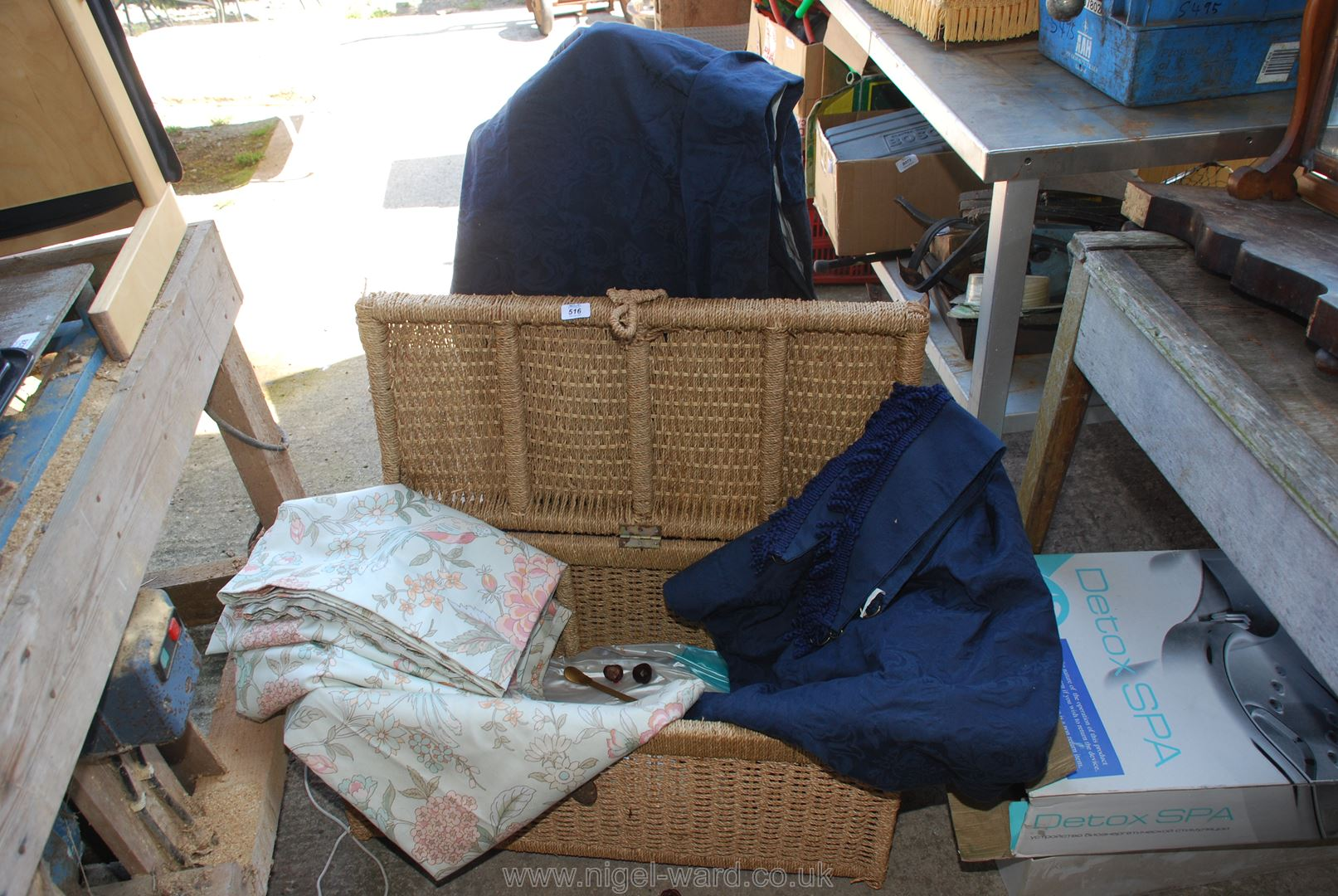 A seagrass blanket chest including;