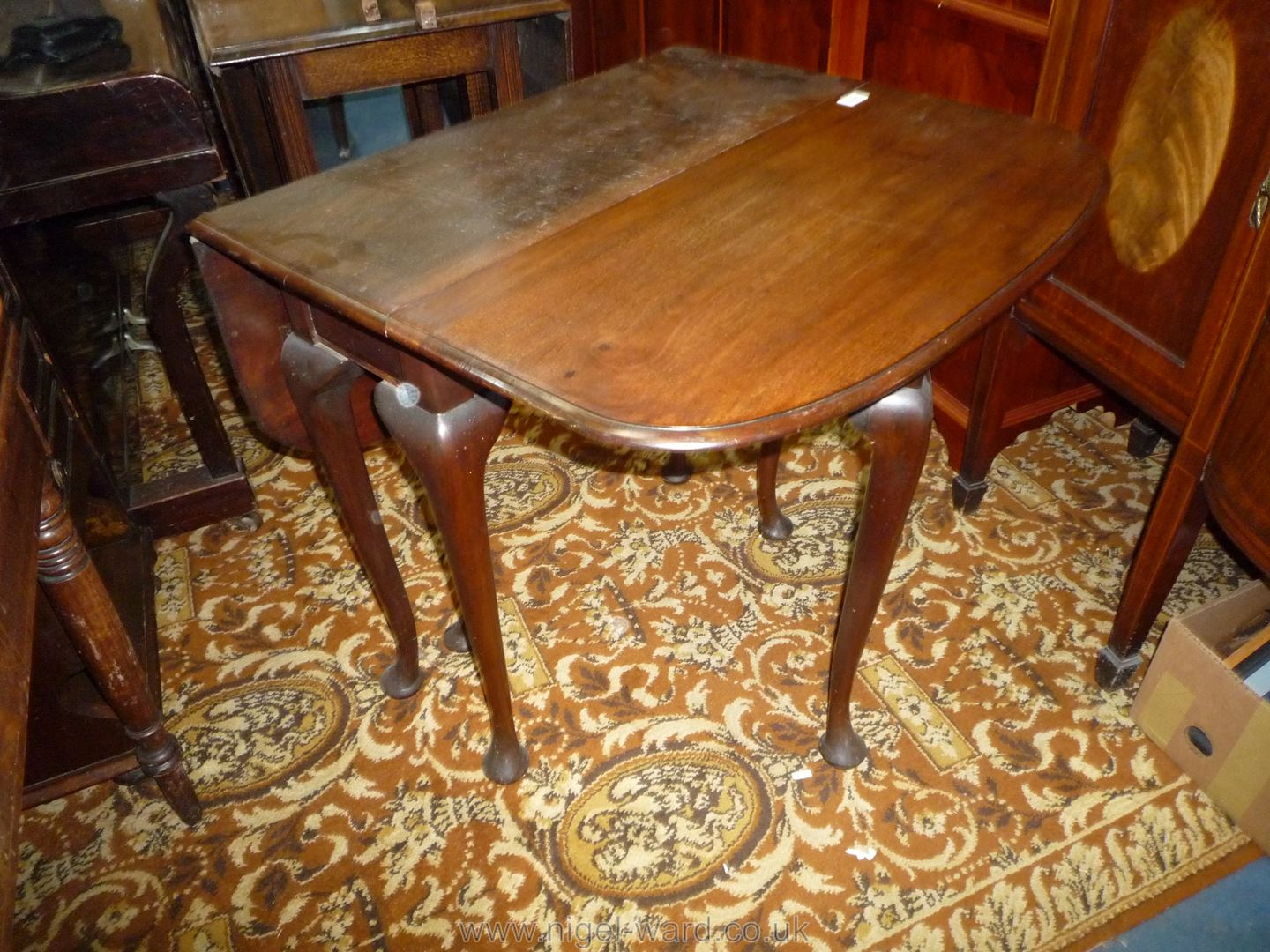 A good Mahogany drop-leaf swing-leg Dining Table standing on cabriole legs terminating in pad feet, - Image 3 of 6