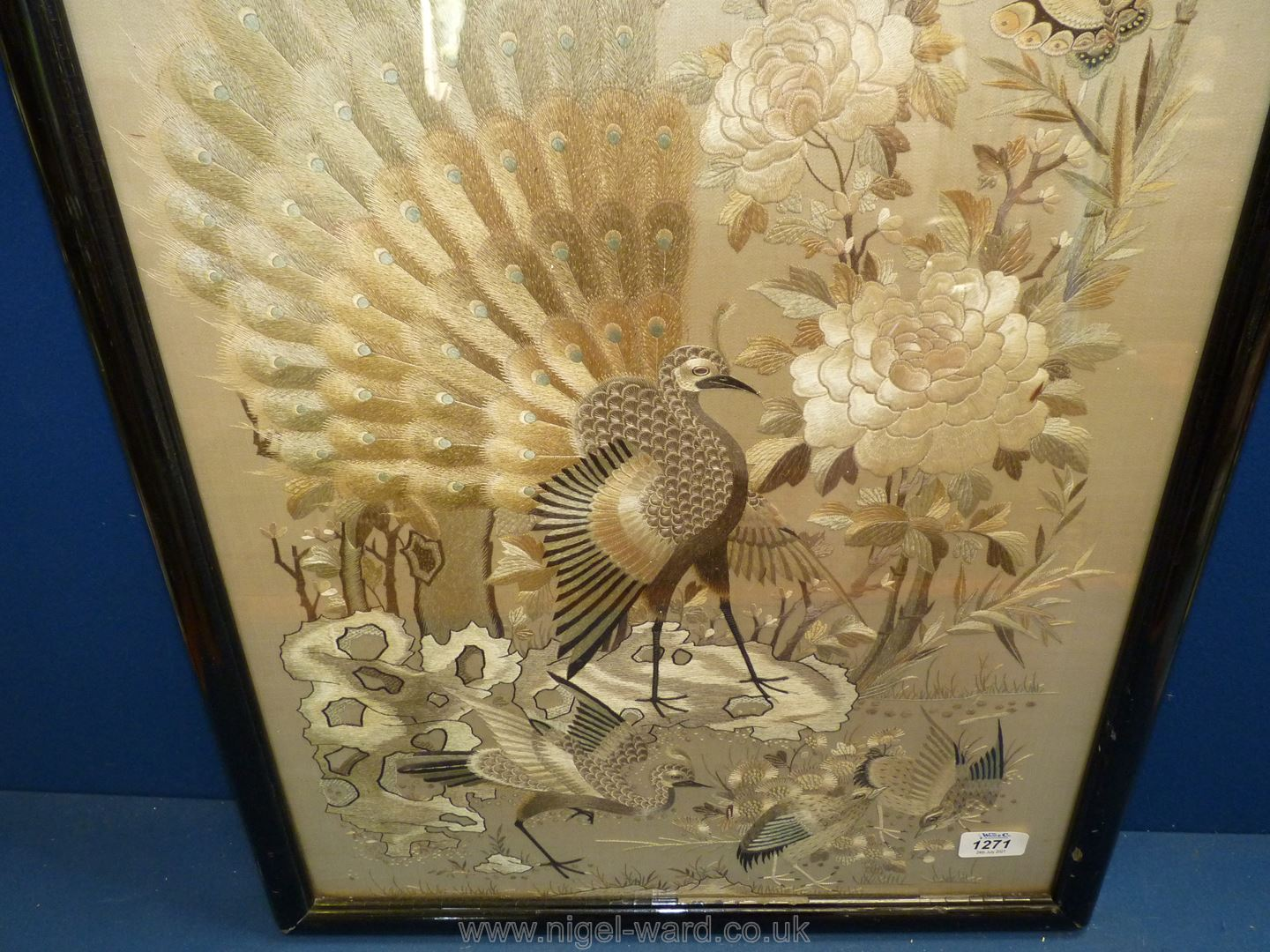 A silk picture of oriental birds, framed and mounted, - Image 2 of 4