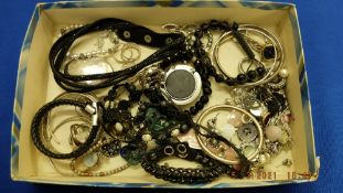 A small qty of silver and costume jewellery