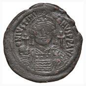BISANZIO Giustiniano I (527-565) Mezzo follis - Busto elmato di fronte - R/ Grande M nel campo –