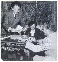 Tito (das ist Josip Broz). Zwei signierte Original-Photographien. Vintages. Silbergelatine.