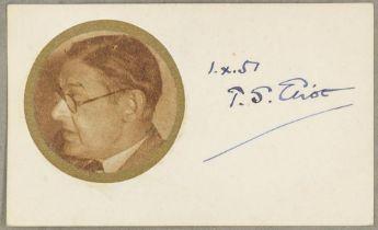 Nobelpreisträger - - Eliot, T. S.. Autogrammkarte mit eigenhändiger Unterschrift neben einer