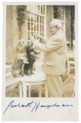 Nobelpreisträger - - Hauptmann, Gerhart. Photopostkarte mit eigenhändiger Unterschrift unter einem