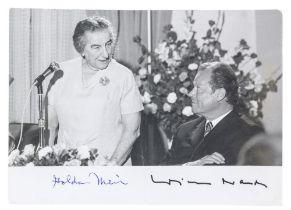 Nobelpreisträger - - Meir, Golda und Willy Brandt. Photographie mit eigenhändigen Unterschriften von