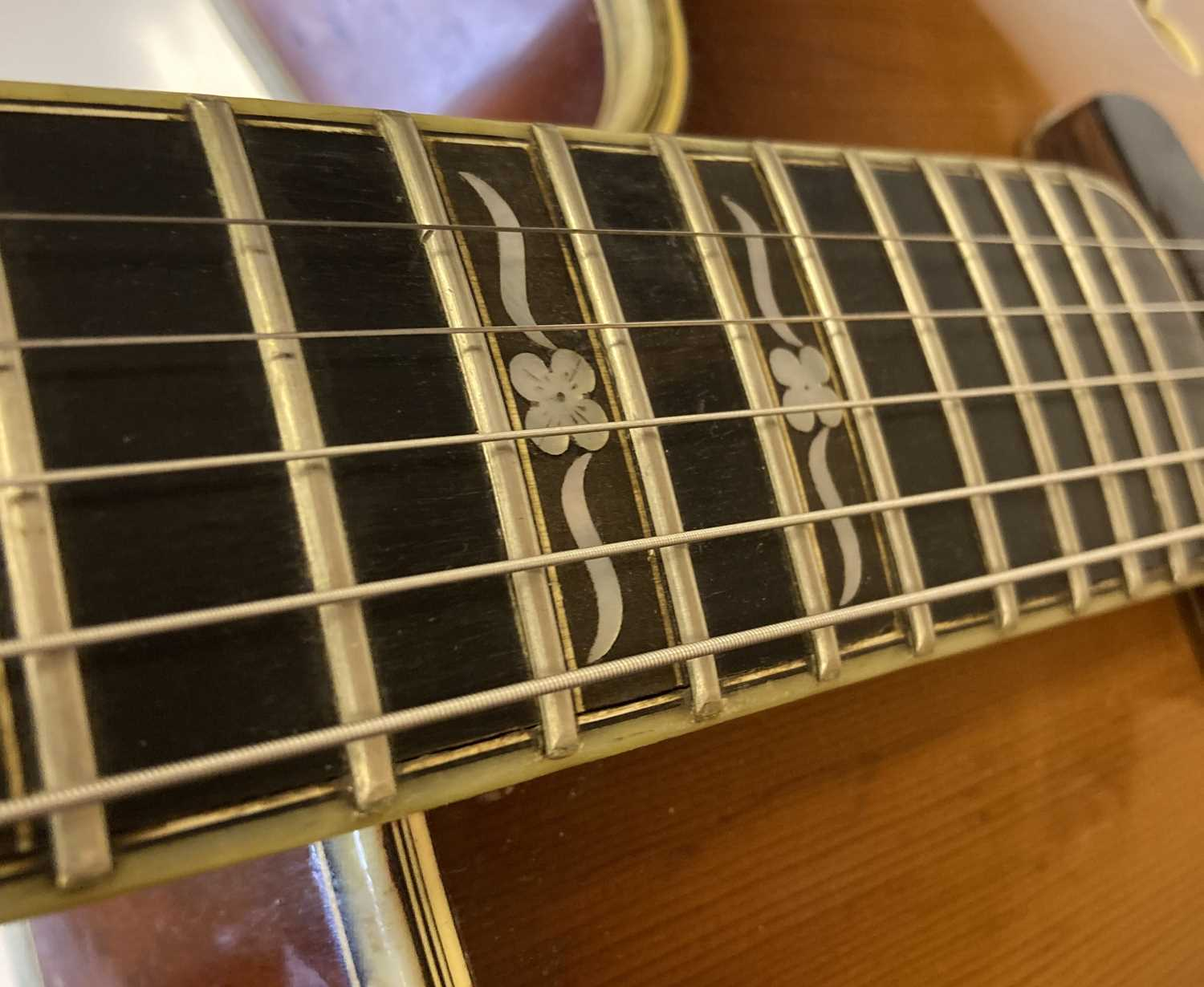 HOFNER - 1957 COMMITTEE ELECTRIC GUITAR - USED AS RESIDENT GUITAR AT THE 2'IS COFFEE CLUB - Image 15 of 17