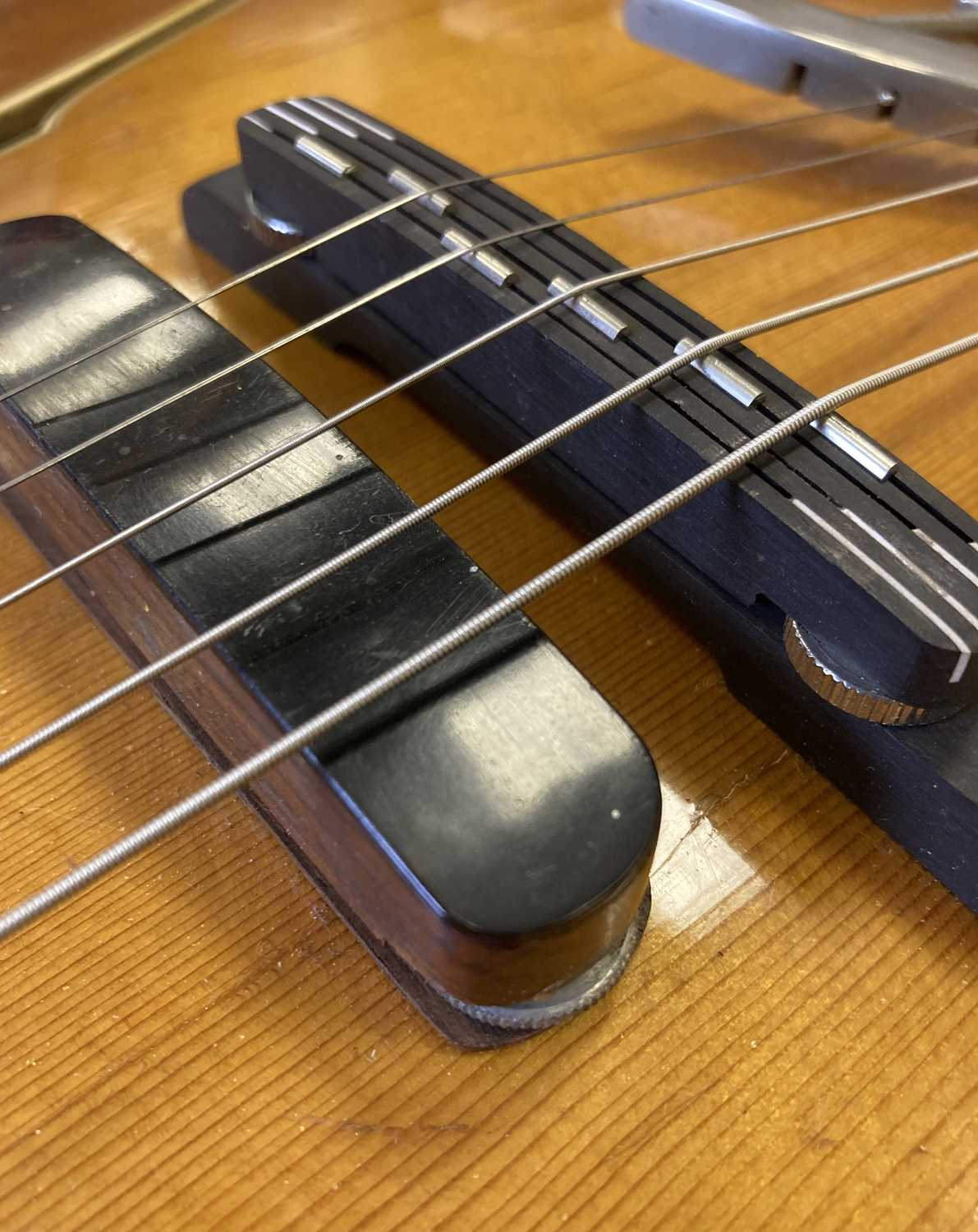 HOFNER - 1957 COMMITTEE ELECTRIC GUITAR - USED AS RESIDENT GUITAR AT THE 2'IS COFFEE CLUB - Image 5 of 17