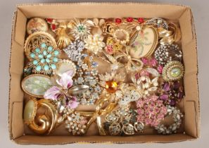 A box of 43 vintage costume brooches. Including coloured paste examples etc. Brooches in good