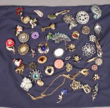A collection of costume jewellery brooches. Includes gilt and white metal examples, paste set