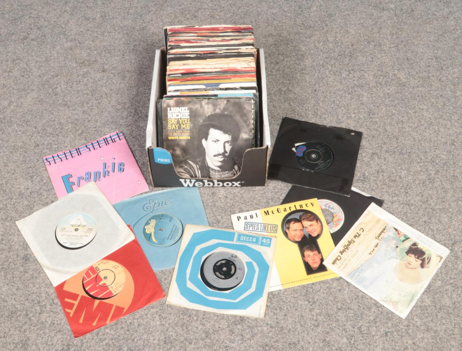A box of single records. Includes Queen, Pink Floyd, Thin Lizzy etc.