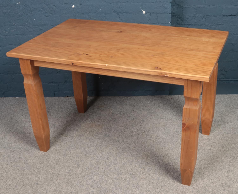 A pine kitchen table. (H76cm x W120cm x D76cm)