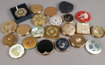 A group of 22 vintage powder compacts. To include Stratton, Rigu, Zenette etc