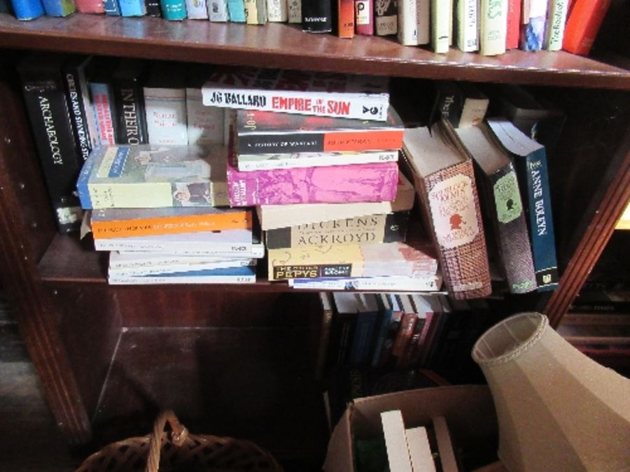A large collection of books, to include paperbacks and art history books, etc. - Image 6 of 6