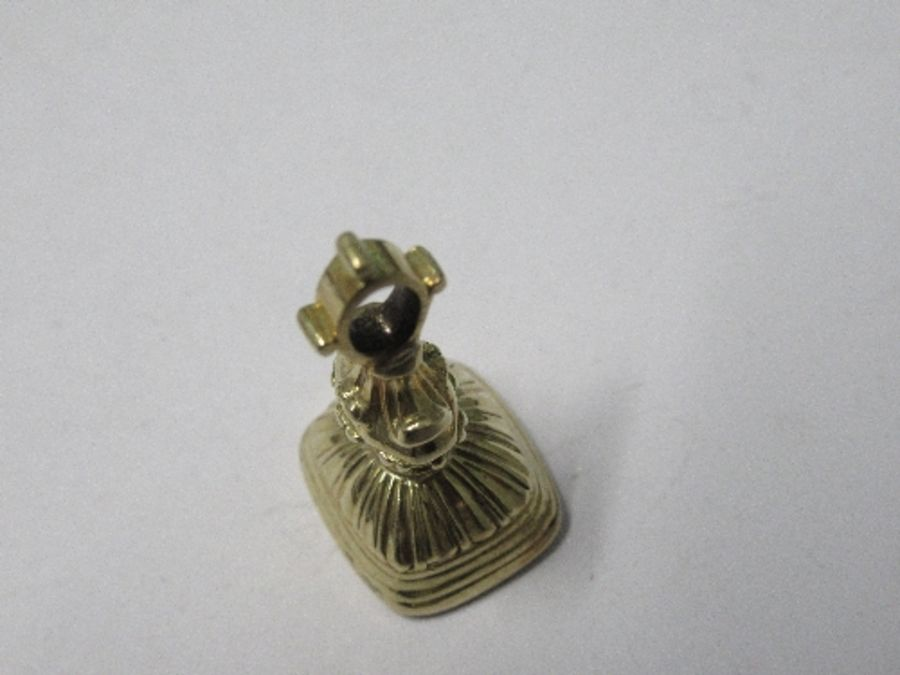 A 19th century small seal fob, the carnelian engraved with a crest of the Waring family - Image 3 of 3