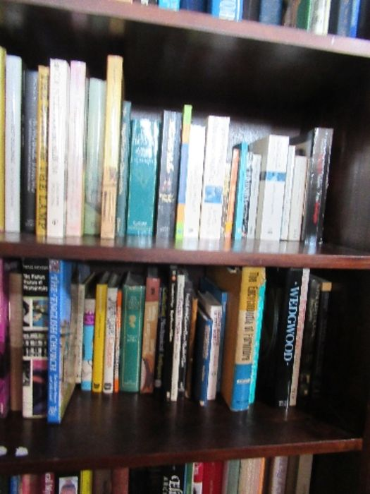 A large collection of books, to include paperbacks and art history books, etc. - Image 4 of 6