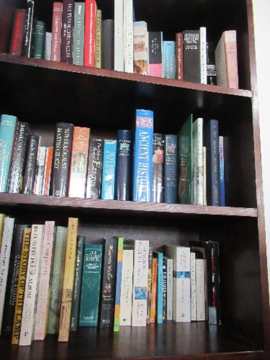 A large collection of books, to include paperbacks and art history books, etc. - Image 2 of 6