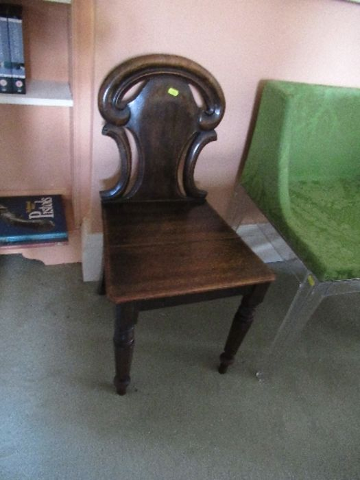 Two pairs of armorial hall chairs, in oak - Image 3 of 6