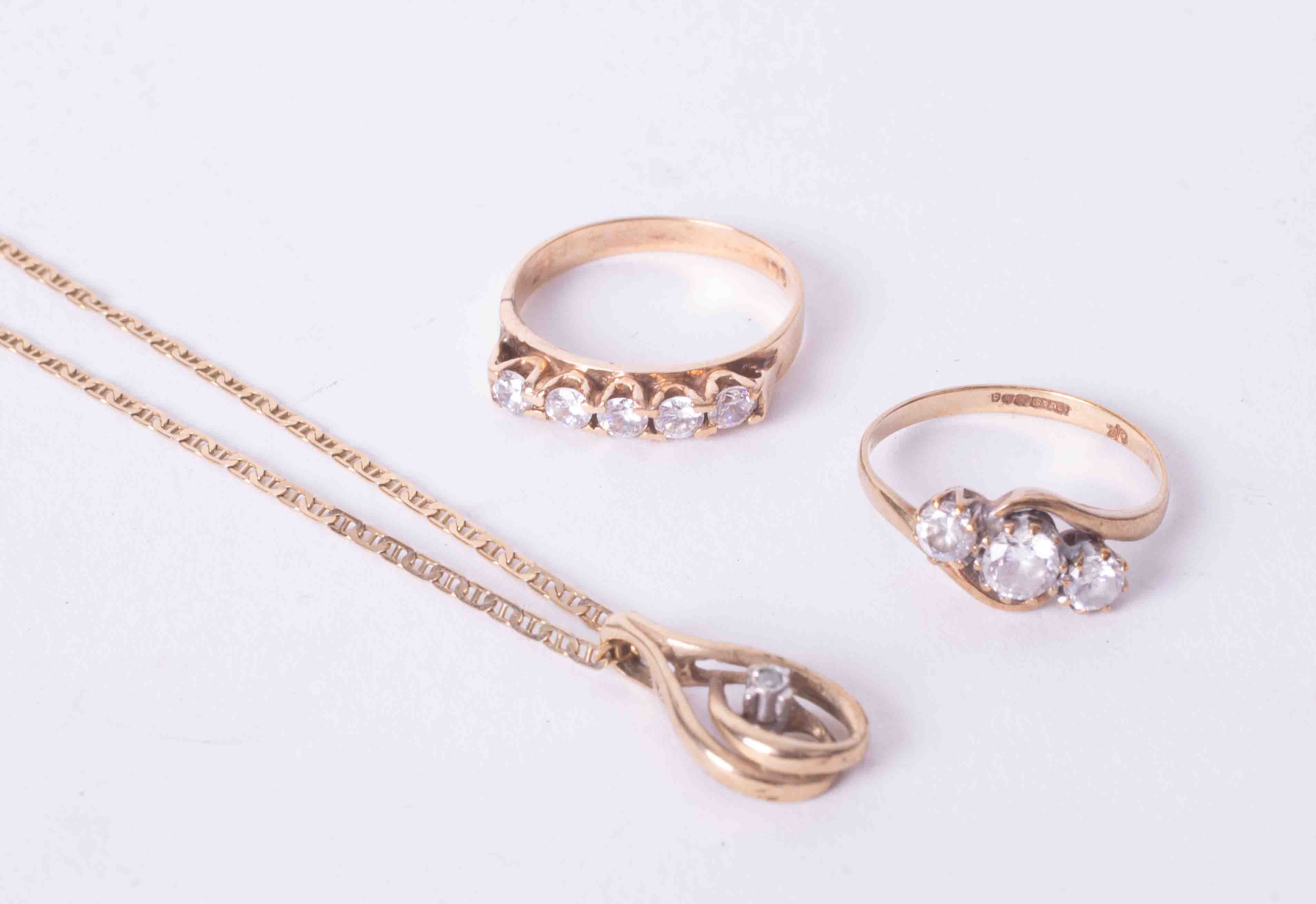 A mixed bag of two 9ct yellow gold rings set paste stones and a 9ct yellow gold chain with