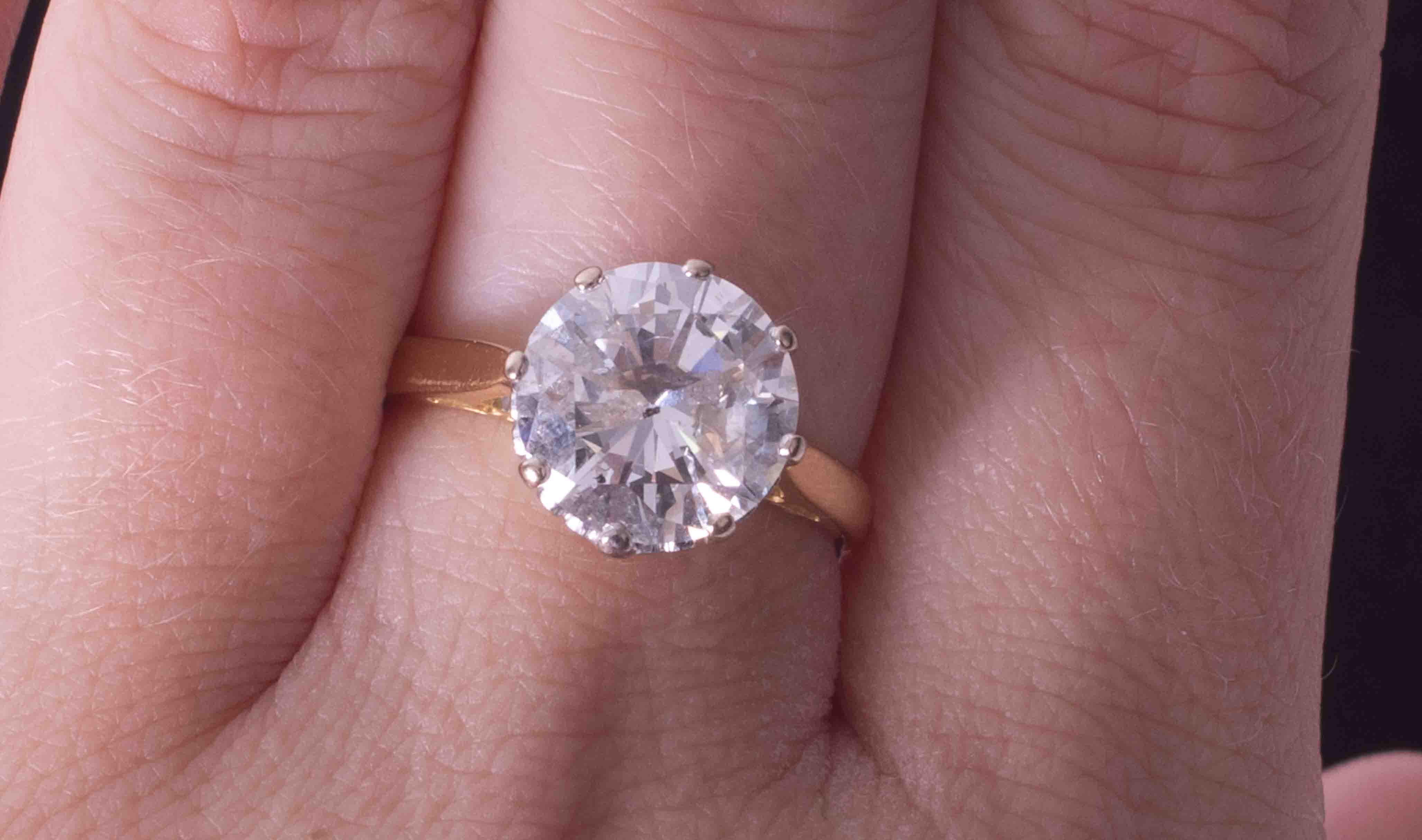 An impressive 18ct yellow & white gold diamond solitaire ring set with approx. 4.00 carats of - Image 4 of 6