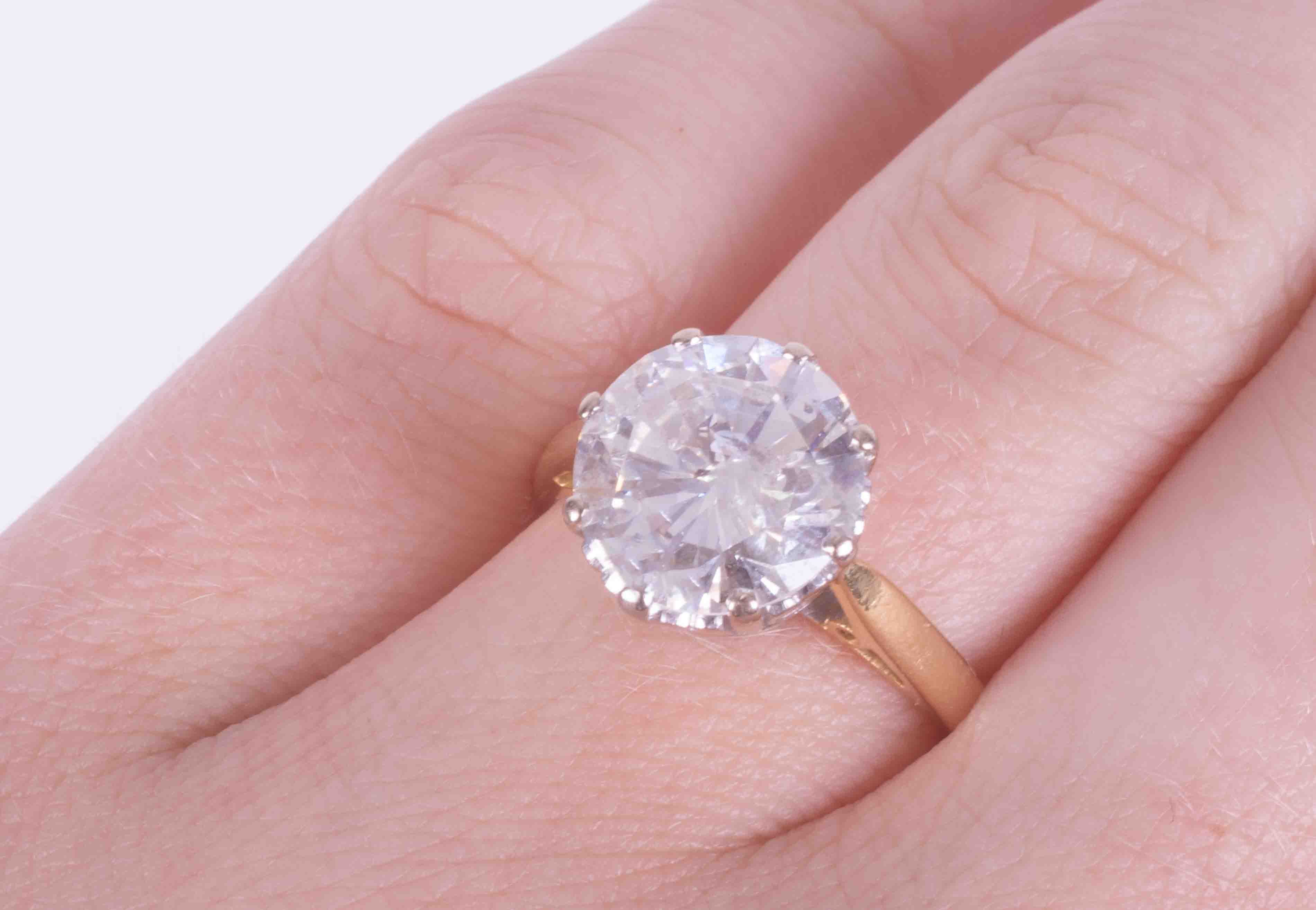 An impressive 18ct yellow & white gold diamond solitaire ring set with approx. 4.00 carats of - Image 2 of 6
