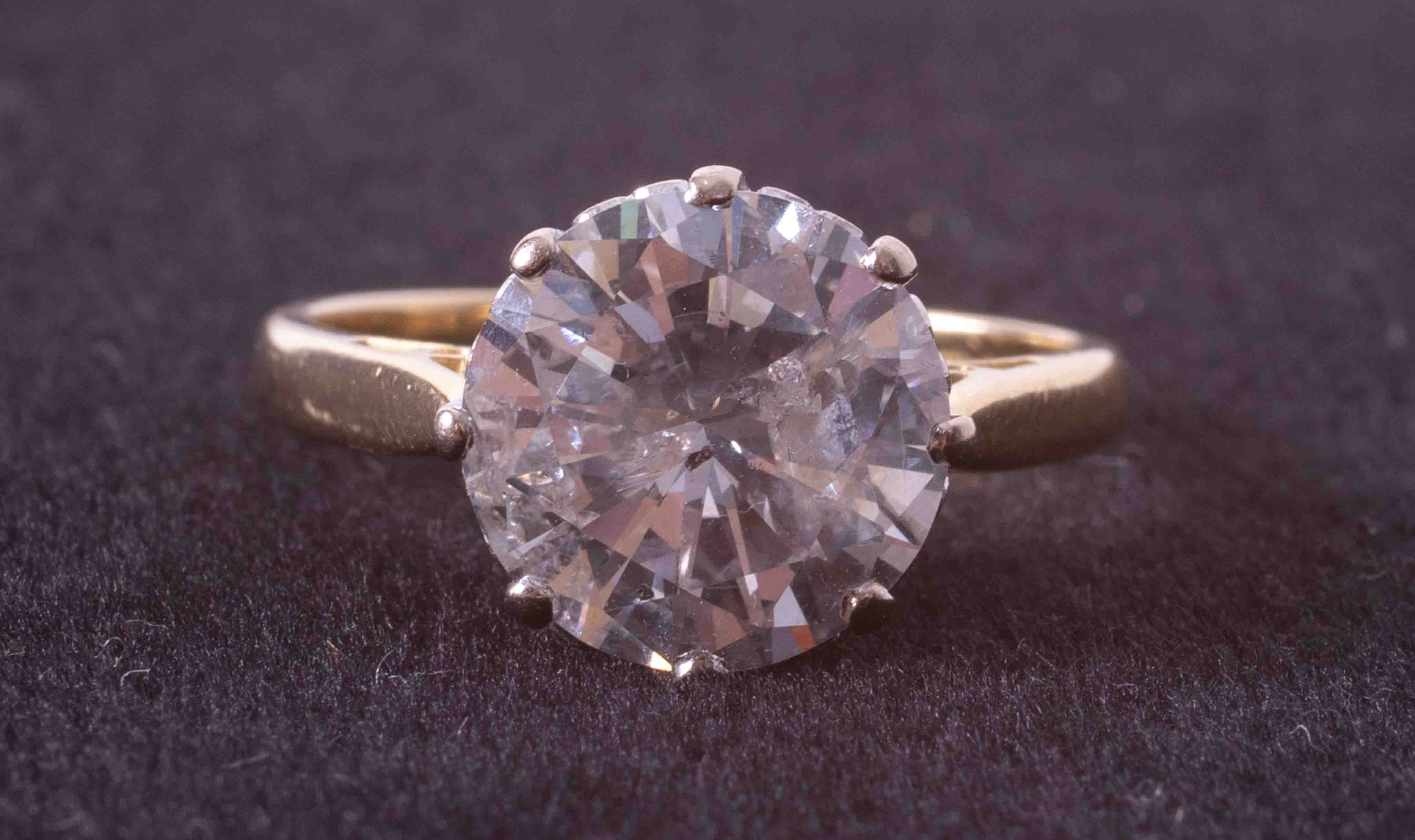 An impressive 18ct yellow & white gold diamond solitaire ring set with approx. 4.00 carats of - Image 3 of 6