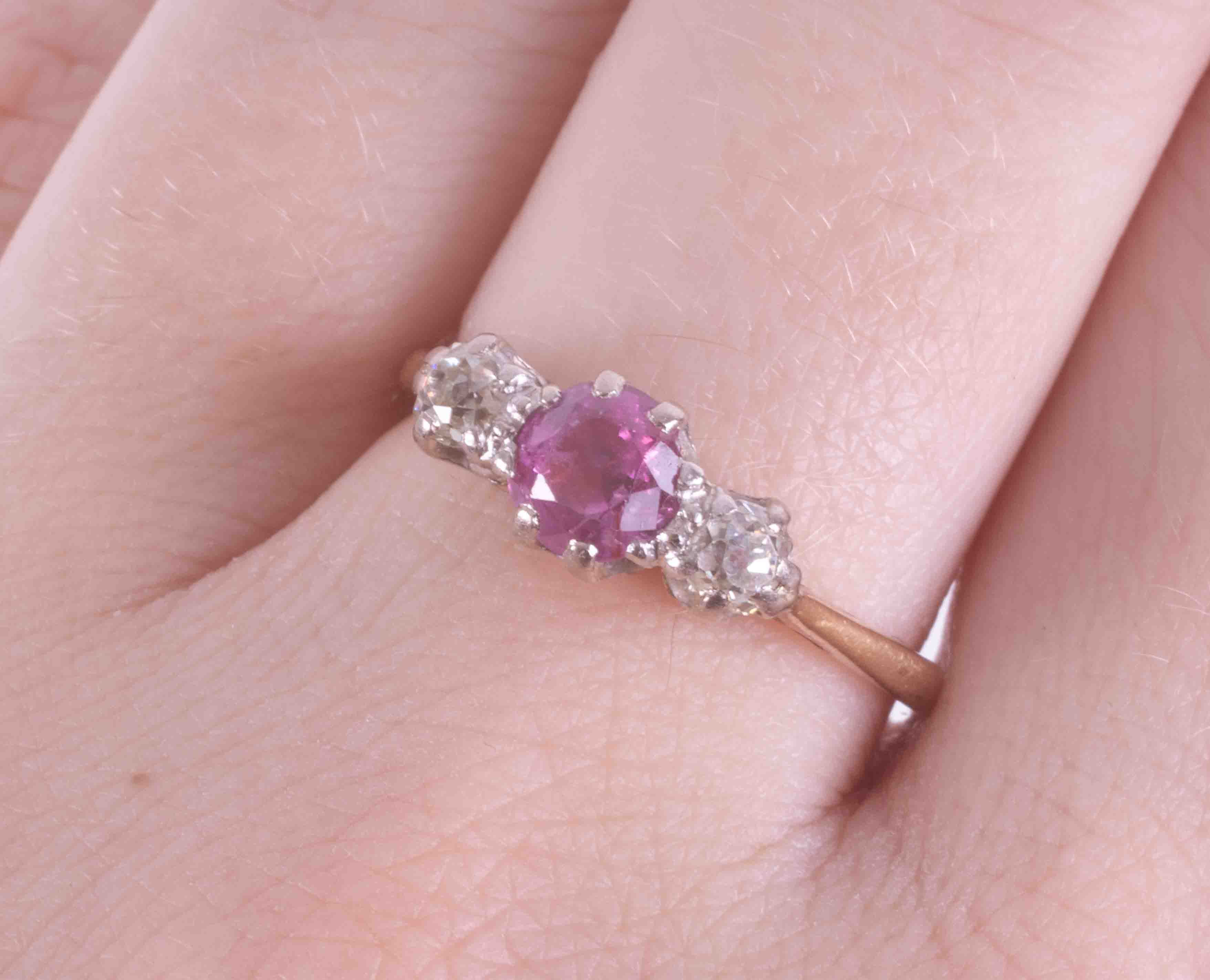 An 18ct yellow gold & platinum three stone ring set with a round cut pink sapphire or ruby? ( - Image 2 of 2